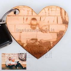 Portachiavi in legno a forma di cuori personalizzato con foto incisione