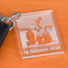 Portachiavi in plexiglass personalizzato con fotoincisione e scritta formato piccola polaroid